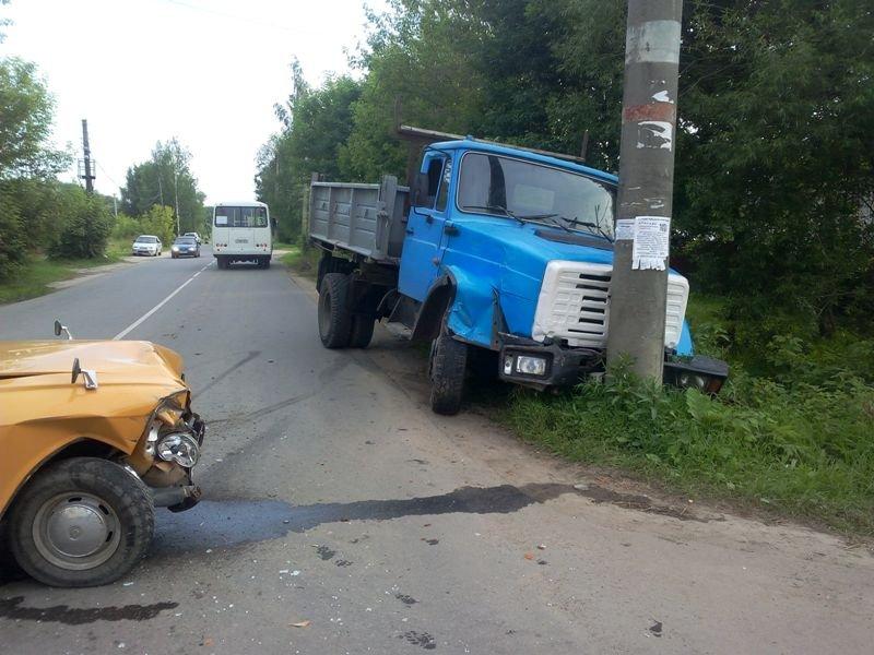 Опубликованы фото с места столкновения легковушки и грузовика в Кинешме