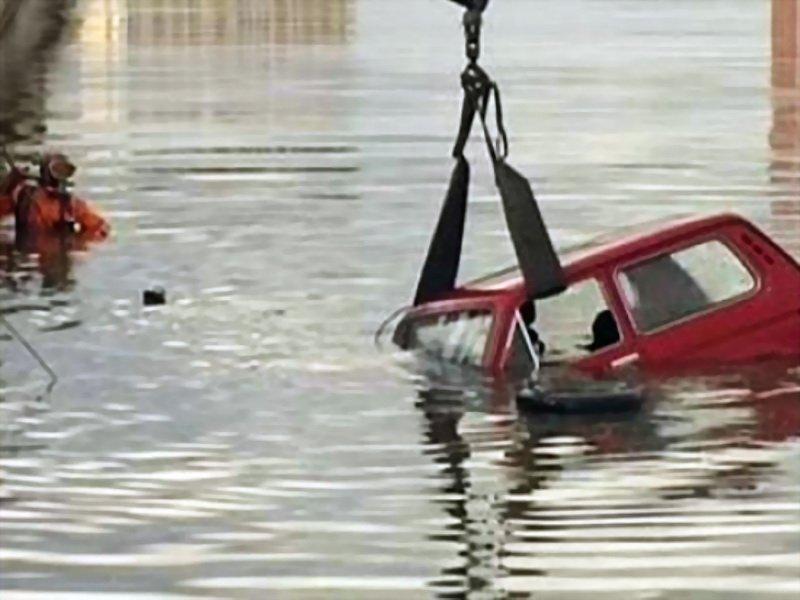 ВИвановской области трое нетрезвых мужчин затонули наавтомобиле впруду