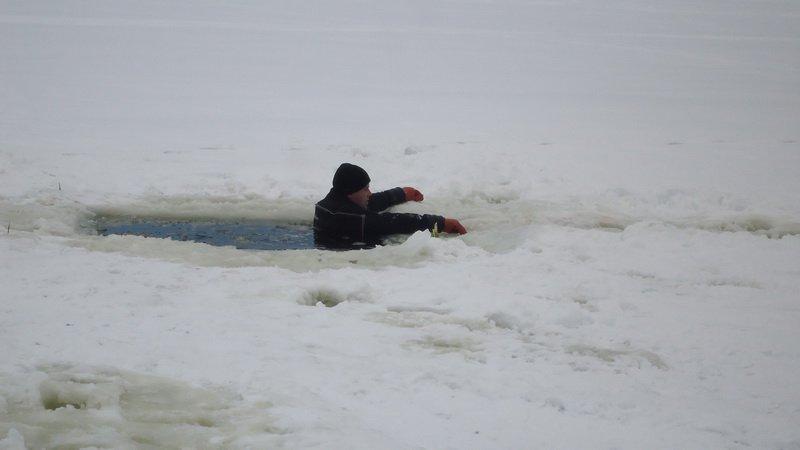Дети провалились под лед